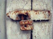 Ржавый железный замок на старой двери Стоковое фото RF