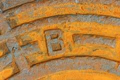 Ржавый железный люк сточной трубы города Стоковые Изображения