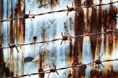 Ржавый дизайн колючей проволоки с на стеной ржавчины Стоковое Фото
