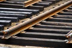 Ржавый и несенный вне, требующ замены и ремонта рельсов трамвая на улице города Дороги и городская экономика стоковое изображение