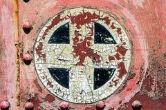 Ржавый красный цвет плюс добавляет перекрестный символ знака на старом tex предпосылки металла Стоковое Фото