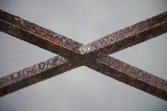 Ржавый крест металла или стали часть старого каменного моста, туманной погоды Конструируйте стиль используемый как шаблон или тек Стоковое фото RF