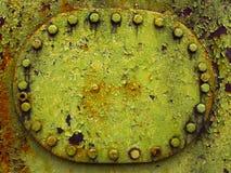 Ржавый люк старого зеленого военного топливного бака, прикрепленный с гайками стоковое фото