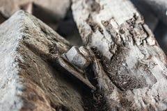 Ржавый металл на спаде бетона слипера ailroad и деревянных стоковые изображения