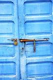 ржавый металл в голубых деревянных двери и Марокко Стоковые Изображения RF