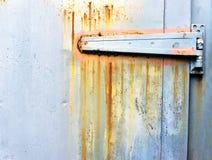 Ржавый металлический шарнир на двери стоковое фото rf