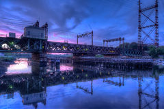 Ржавый мост поезда под розовым небом Стоковые Изображения