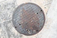 Ржавый, не изолированная крышка люка grunge стоковое изображение rf