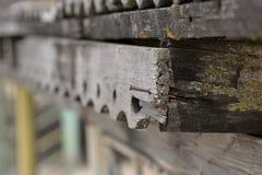 Ржавый ноготь в старой деревянной высекаенной планке стоковые фотографии rf