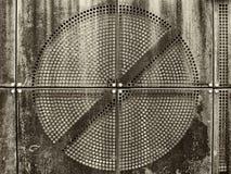 Ржавый пефорированный металлический лист с круговым дизайном стоковое изображение rf