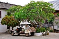 Ржавый покинутый автомобиль стоковые фото