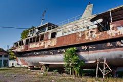 Ржавый покинутый корабль на пляже в Sukhum, абхазии Стоковое Изображение