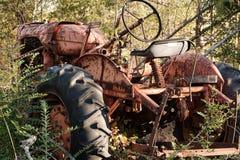 Ржавый покинутый трактор фермы Стоковое Фото