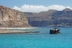 Ржавый полу-sunken корабль стоковое изображение rf