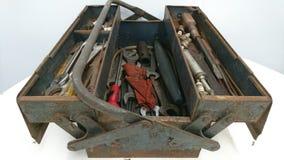 Ржавый серый голубой toolbox открытый на таблице стоковая фотография rf