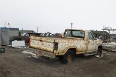 Ржавый старый автомобиль в кургане, Аляске Стоковые Фотографии RF
