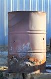 Ржавый старый бочонок ожога с золами и поганью Стоковые Фотографии RF