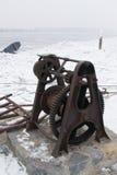 Ржавый старый ворот шлюпки на доке стоковое фото