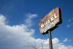Ржавый старый знак мотеля Стоковые Фотографии RF
