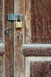 Ржавый старый ключевой замок на старой двери твёрдой древесины Стоковая Фотография