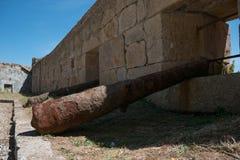 Ржавый старый наполеоновский карамболь лежит в старой каменной крепости в Порту, Португалии стоковые изображения