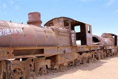 Ржавый старый поезд пара в кладбище поезда, в Uyuni, Боливия стоковые фотографии rf