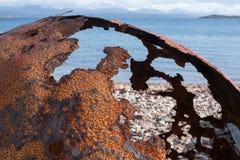 Ржавый томбуй на пляже на Polbain, к северу от Ullapool, на западном побережье Шотландии стоковое фото