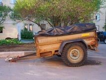 Ржавый трейлер автомобиля с цапфой колеса 2 стоковая фотография rf