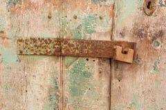 Ржавый шарнир деревянной двери Стоковое фото RF
