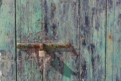 Ржавый шарнир деревянной двери Стоковые Изображения RF
