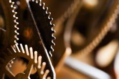 Ржавый cog механизма часов металла зацепляет концепцию соединения Черное листовое железо катит промышленное фото натюрморта Взгля Стоковая Фотография