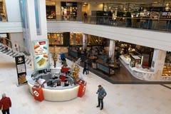 РИГА, ЛАТВИЯ - 4-ОЕ АПРЕЛЯ 2019: Торговый центр альфы в районе Julga - главной зале сверху стоковая фотография rf