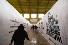 РИГА, ЛАТВИЯ - 16-ОЕ МАРТА 2019: Павильон центрального рынка Риги под конструкцией, людьми проходя - бывшим Зеппелином стоковая фотография