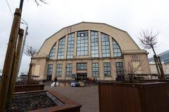 РИГА, ЛАТВИЯ - 16-ОЕ МАРТА 2019: Рынок Риги центральный внешний - исторический промышленный zeppeling дизайн ангара стоковая фотография rf
