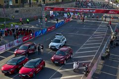 Рига, Латвия - 19-ое мая 2019: Автомобили получая готова для марафона стоковая фотография rf