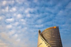 РИГА, ЛАТВИЯ - 20-ое октября 2018: Небоскреб Swedbank изолированный на голубом небе стоковое фото