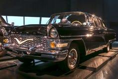 РИГА, ЛАТВИЯ - 16-ОЕ ОКТЯБРЯ: Ретро автомобиль музея мотора года 1972 GAZ 13 CAIKA Риги, 16-ое октября 2016 в Риге, Латвии Стоковое Изображение RF