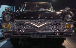 РИГА, ЛАТВИЯ - 16-ОЕ ОКТЯБРЯ: Ретро автомобиль музея мотора года 1972 GAZ 13 CAIKA Риги, 16-ое октября 2016 в Риге, Латвии Стоковое фото RF