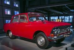 РИГА, ЛАТВИЯ - 16-ОЕ ОКТЯБРЯ: Ретро автомобиль музея мотора года 1968 MOSKVIC 408 Риги, 16-ое октября 2016 в Риге, Латвии Стоковое Изображение RF