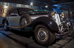 РИГА, ЛАТВИЯ - 16-ОЕ ОКТЯБРЯ: Ретро автомобиль музея 1936 мотора Horch 853 Риги года, 16-ое октября 2016 в Риге, Латвии Стоковые Изображения RF