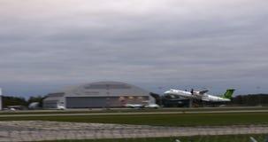 РИГА ЛАТВИЯ - 8-ОЕ ОКТЯБРЯ: Airbaltic строгает взлет от авиапорта в Риге, 8-ое октября 2016 в Риге акции видеоматериалы