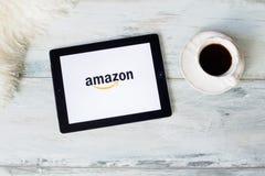 РИГА, ЛАТВИЯ - 17-ОЕ ФЕВРАЛЯ 2016: Амазонка американская электронная коммерция и компания облака вычисляя Это самый большой специ Стоковые Изображения