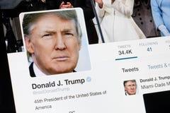 РИГА, ЛАТВИЯ - 2-ое февраля 2017: Президент профиля Twitter Соединенных Штатов Америки Дональд Трамп Стоковые Фотографии RF