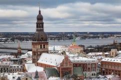 Рига, Латвия - 5-ое января 2019: Взгляд от собора St Peter в Риге Панорамный вид города стоковые изображения rf