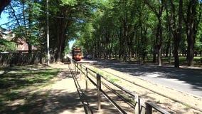Рига, Латвия - 23-ье июня 2019: Старое ретро историческое thro поездки на трамвае сток-видео