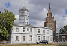 Рига, небоскреб Сталина академии наук и отделение пожарной охраны стоковые изображения