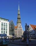 Рига, площадь ратуши и ` s St Peter церковь стоковое фото rf
