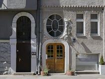 Рига, Rupniecibas 5-7, украшение дверей многоквартирного дома в стиле Nouveau искусства стоковое фото