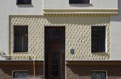 Рига, Rupniecibas 13, украшение дверей многоквартирного дома в стиле Nouveau искусства Стоковая Фотография RF