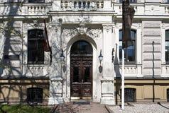 Рига, Vilandes 1, историческое здание с элементами искусства Nouveau и эклектизм, вход стоковые фотографии rf